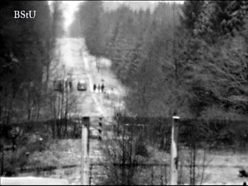 Fahrzeuge und beobachtende Personen auf westdeutscher Seite des Grenzstreifens