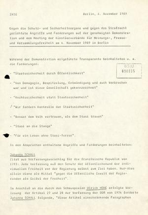 Losungen gegen die Sicherheitsorgane der DDR am 4. November auf dem Alexanderplatz