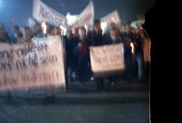 Demonstrationszug vor dem Palast der Republik in Ostberlin am 17.10.1989 aus Anlass der Amtseinführung von Egon Krenz