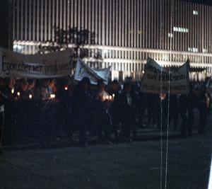 Demonstrationszug vor dem Palast der Republik in Ost-Berlin aus Anlass der Amtseinführung von Egon Krenz