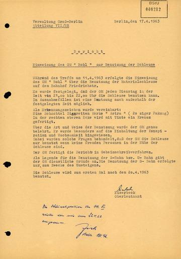 """Einweisung von GM """"Otto Bohl"""" in die Benutzung einer """"Materialschleuse"""" am S-Bahnhof Friedrichstraße"""