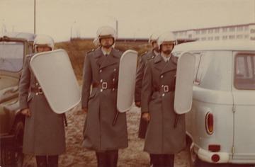 MfS-Angehörige in Schutzausrüstung bei einer militärischen Ausbildung