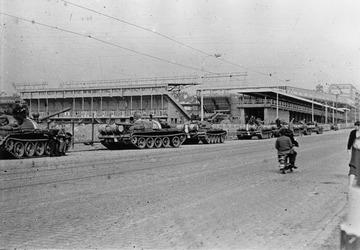 Protest gegen sowjetisiche Panzer vor dem Sparta-Stadion am Letna Park in Prag