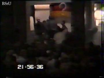 Zusammenstöße zwischen Bürgern und Volkspolizei vor dem Dresdner Hauptbahnhof