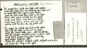 Fotografie eines Gedichts und eines Flugblatts für einen Handschriftenvergleich