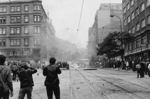 Sowjetische Panzer in den Straßen von Prag