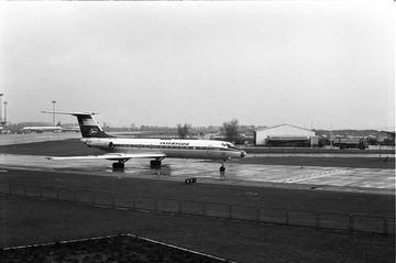Interflug-Maschine auf dem Rollfeld des Flughafens Berlin-Schönefeld