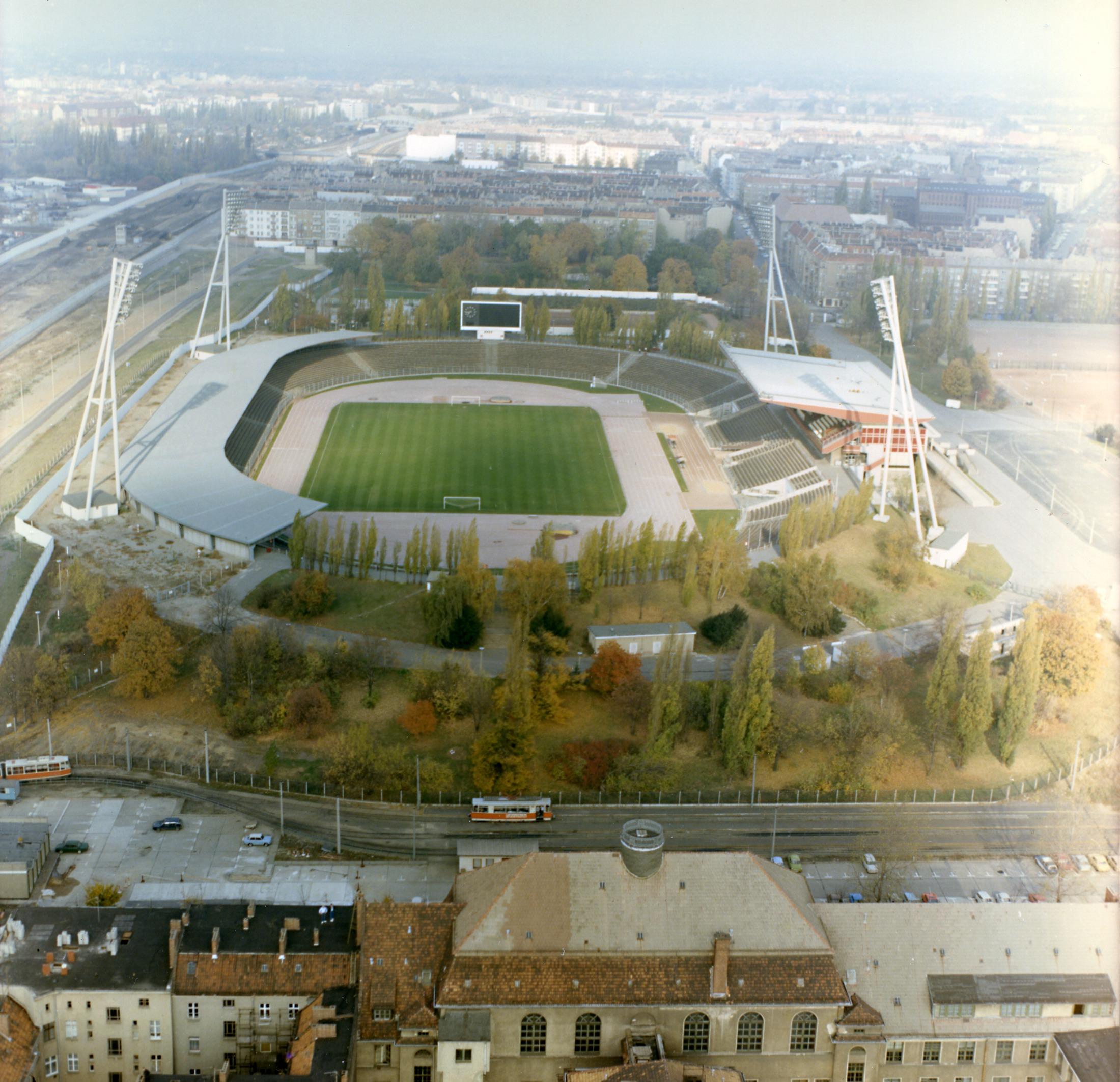 luftbilder der berliner mauer am friedrich ludwig jahn sportpark nach dem ausbau der. Black Bedroom Furniture Sets. Home Design Ideas