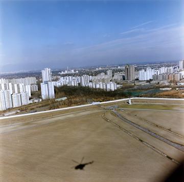 Luftbildaufnahme der Berliner Mauer an der Grenze zur Gropiusstadt in Berlin-Neukölln