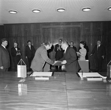 """Vertragsunterzeichnung zwischen dem MfS und der bulgarischen DS im Konferenzsaal von """"Haus"""" 1"""