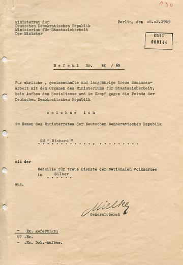"""Auszeichnung des GI """"Richard"""" mit der Medaille """"für treue Dienste der Nationalen Volksarmee"""" in Silber"""