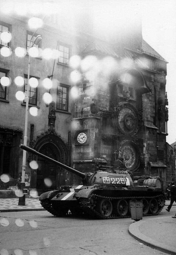 Sowjetischer Panzer vor dem Rathaus am Altstädter Ring in Prag