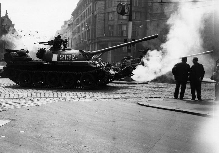 Sowjetische Panzer am Platz der Republik in Prag