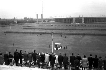 Ehrenformation der britischen Berlin Brigade auf dem Maifeld während des Besuches von Königin Elizabeth II. 1965