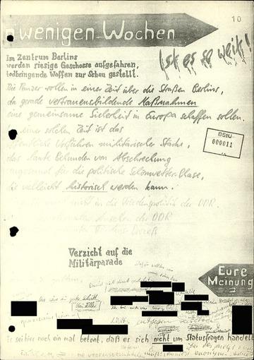 """Poster gegen Militärparaden an der """"Speakers' Corner"""" der Carl-von-Ossietzky-Schule"""