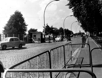 Der Grenzübergang Bornholmer Straße in Ost-Berlin nach dem Mauerbau