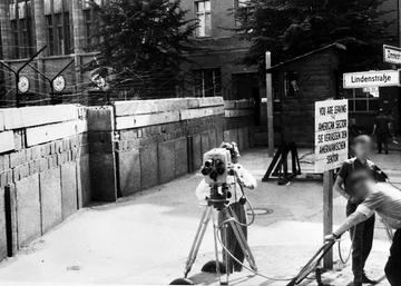 Kamerateam auf West-Berliner Seite der Mauer an der Zimmerstraße, Ecke Lindenstraße