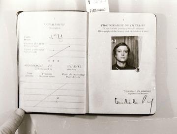 Abfotografierter Reisepass der Journalistin Michèle Susanne Ray mit einem Bild Ulrike Meinhofs